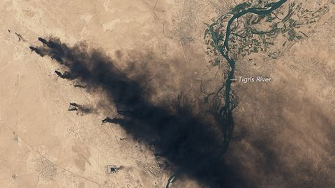 Burning_Qayyarah_oil_field.jpg