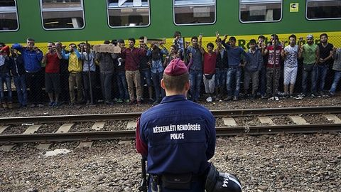 Syrian_refugees_strike_at_the_platform_of_Budapest_Keleti_railway_station.jpg