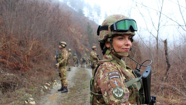 8528c5_3_grimes_kfor-female-soldier.jpg