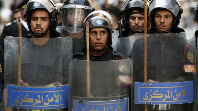 2011-01-26T120000Z_524383785_GM1E71R039Y01_RTRMADP_3_EGYPT-PROTEST.jpg