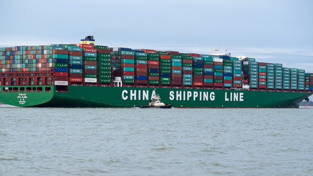 CSCL_Globe_arriving_at_Felixstowe,_United_Kingdom.jpg