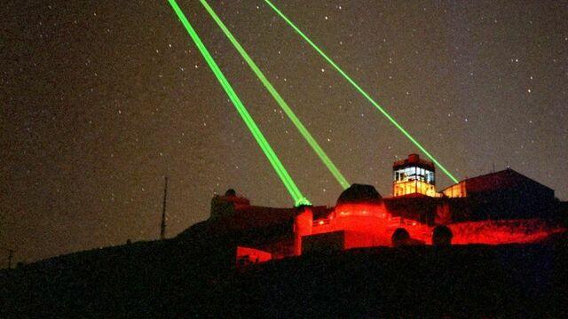 gallery-1431547780-starfire-optical-range-three-lasers-into-space (1).jpg